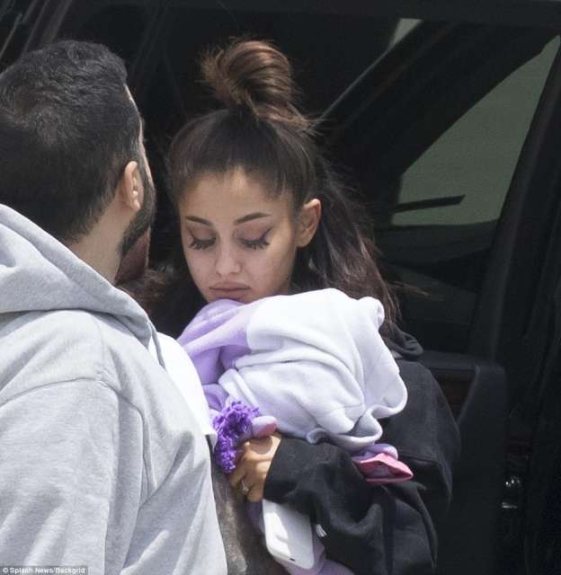 Photo of Photo Of Ariana Grande in Tears After Manchester Attack Emerges