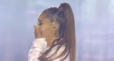 Photo of Singer Ariana Grande Breaks Down In Tears For Final Performance Of 'Somewhere Over The Rainbow' in Manchester