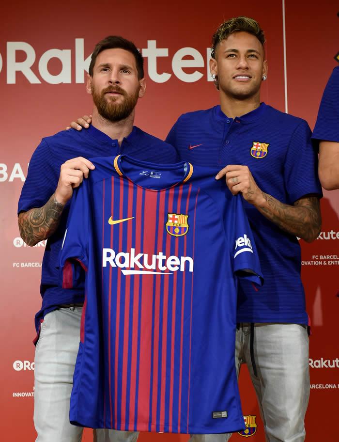Photo of PHOTOS: Messi, Neymar, Gerard Pique and Arda Turan Show off New Barcelona Jersey