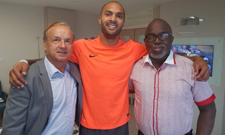 Photo of PHOTO: Pinnick And Super Eagles Coach, Gernot Rohr Visit Carl Ikeme In London
