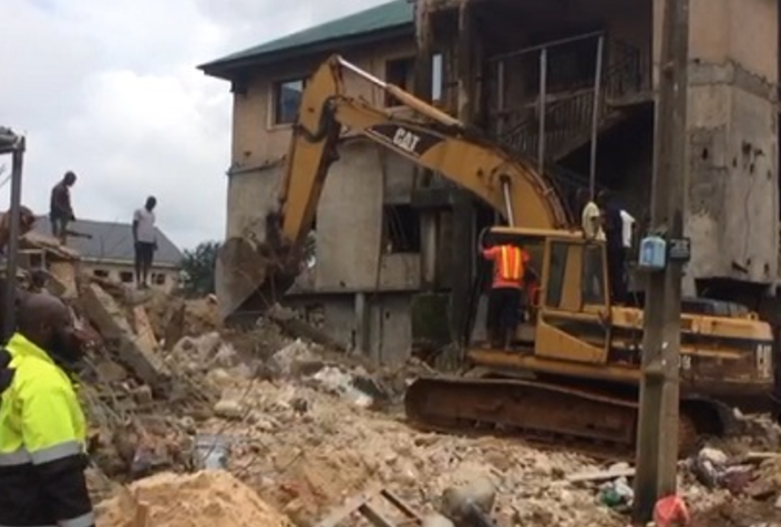 Photo of PHOTOS: Four Confirmed Dead As Building Three-storey Building Collapse in Imo