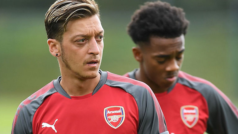 mesut ozil 1 - Mesut Ozil back in training following a knee injury