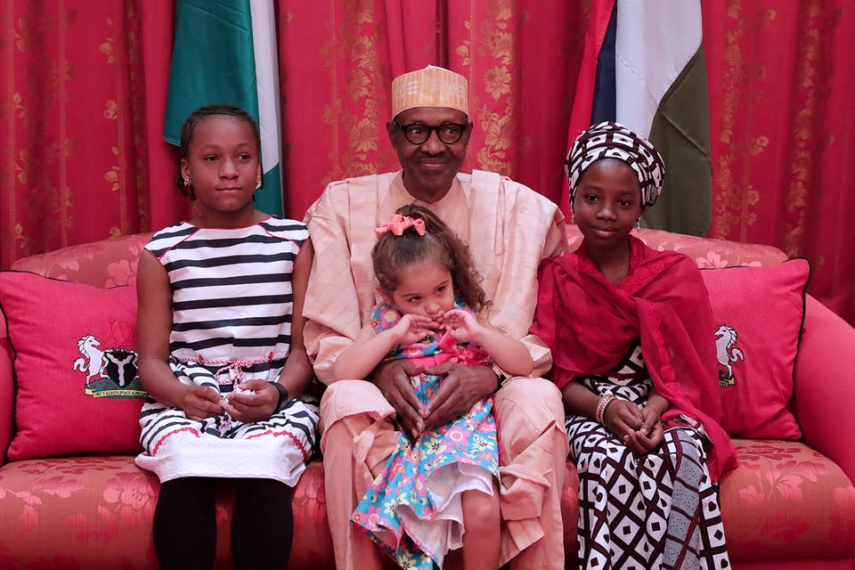 Photo of PHOTOS: President Buhari and His Young Admirers In Aso Rock Villa