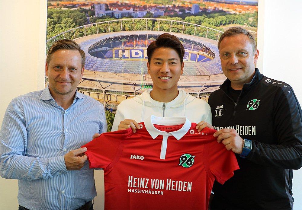 Dd35UmLVMAE7eJC - Transfer News: Hannover 96 sign Takuma Asano from Arsenal
