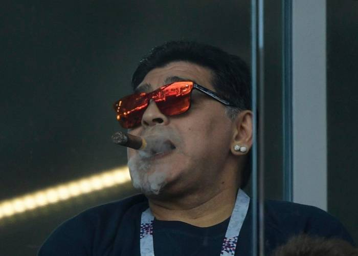Photo of Maradona Apologises for Violating FIFA World Cup Non-smoking Rules