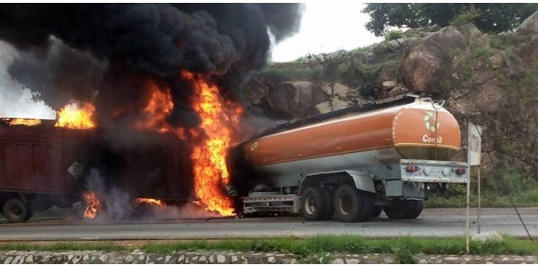 Photo of PHOTOS: Trailer, Fuel Tanker Collide at Malankaro on Suleja-Minna Road
