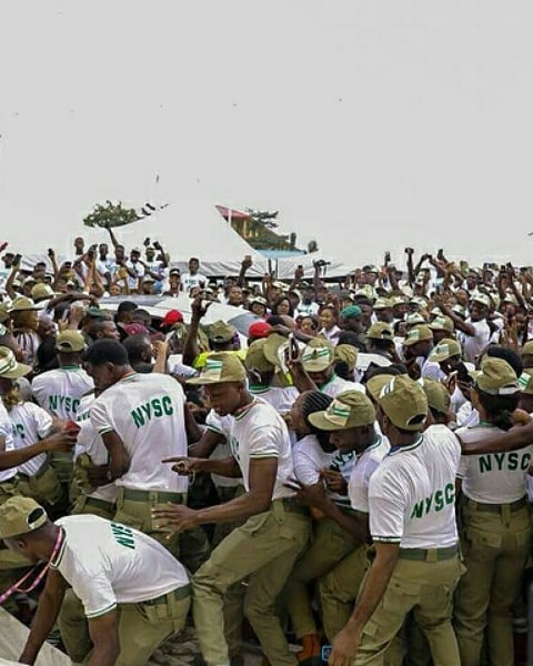 Video: Scores of Corps members struggle to catch a glimpse of Davido At Lagos NYSC Camp - OkayNG News