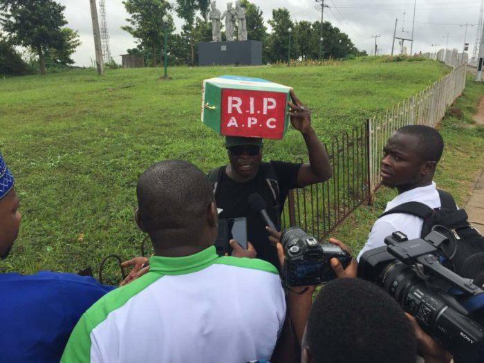 Man e1535019568589 - Man Begins Trek from Lagos to Abuja Against Buhari's 2019 Presidential Ambition