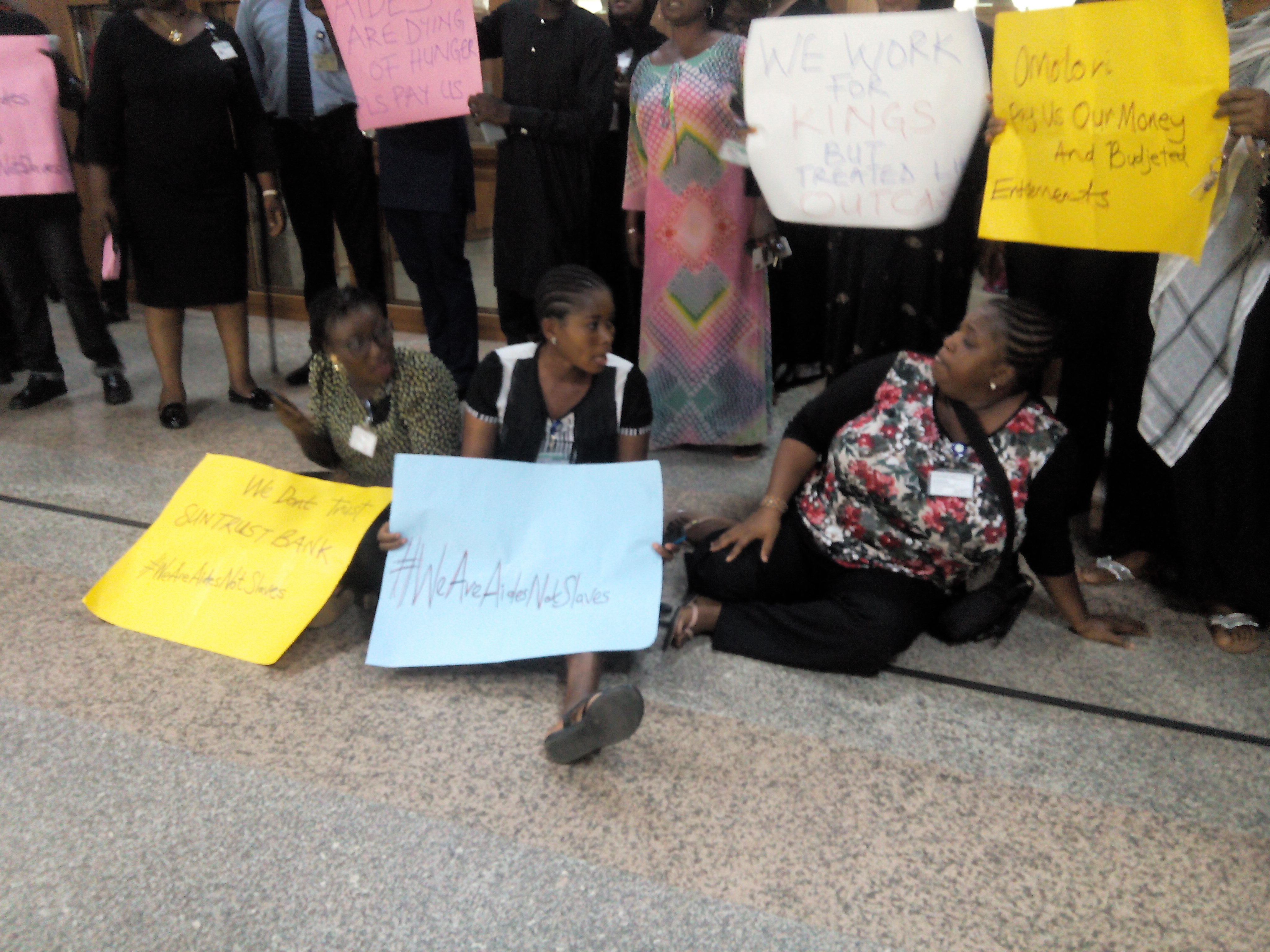 Photo of Lawmakers' Aides Protest Non-payment of Allowances at National Assembly [See Photos]