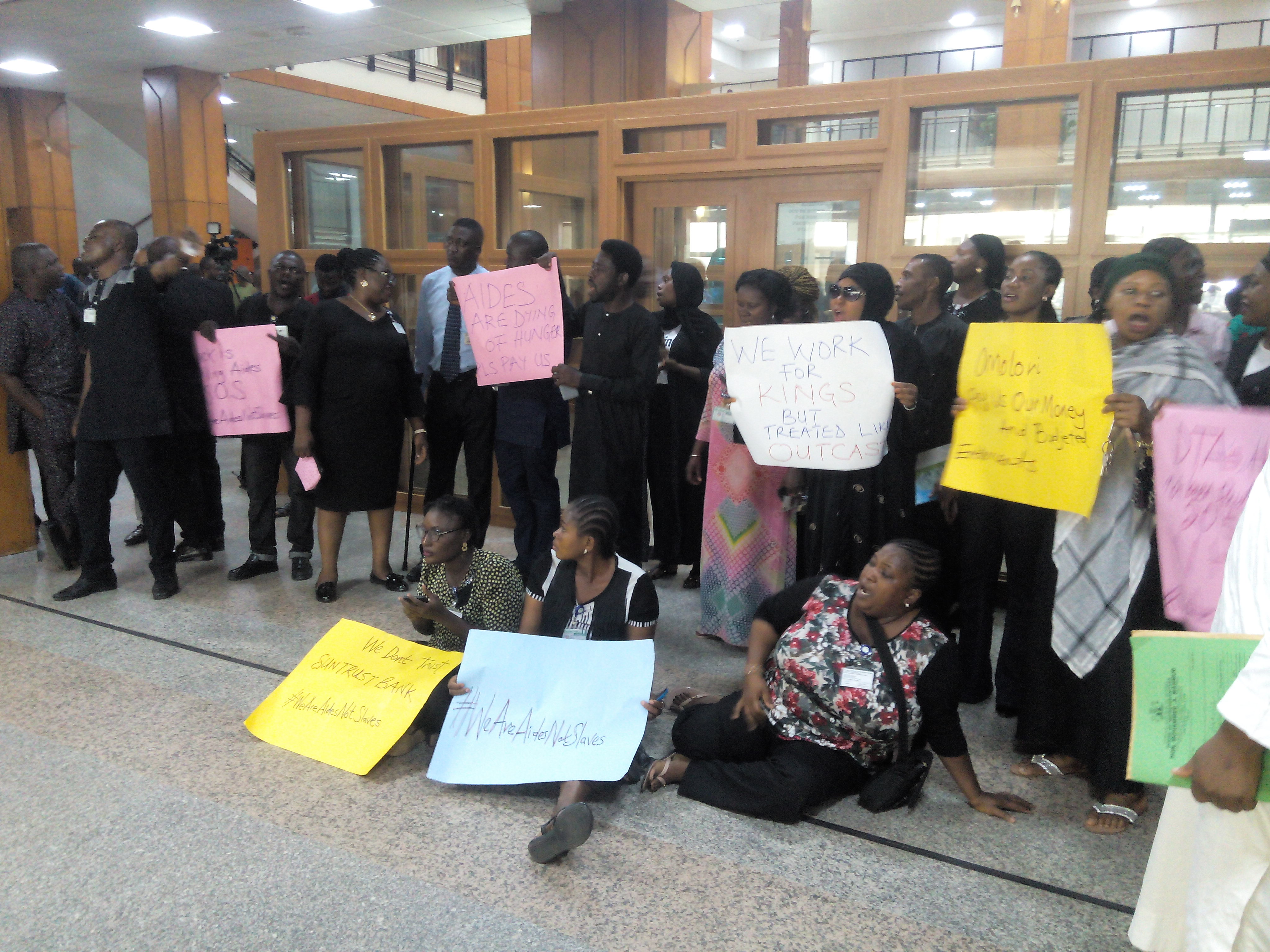 Lawmakers' Aides Protest Non-payment of Allowances at National Assembly [See Photos] - OkayNG News