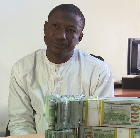 Photo of EFCC Arrests Man with $207,000 at Kano Airport