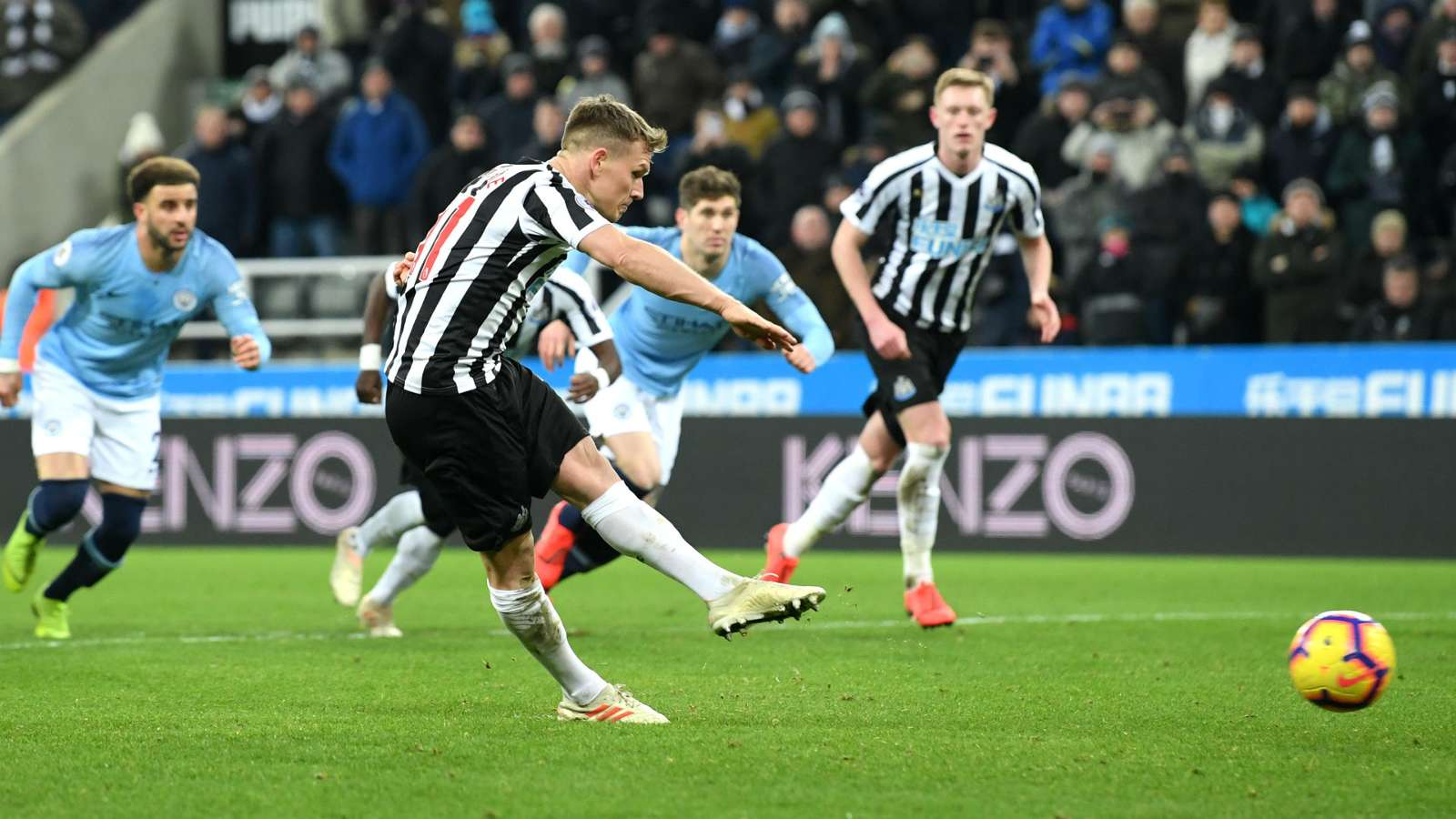 Matt Ritchie fires penalty to lead against Manchester City © Getty Images