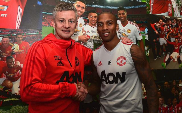 Ashley Young Manchester United Okay ng - Ashley Young signs new contract to extend stay at Manchester United