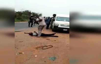 Nigeria customs Okay ng - Nigerian Custom officer shoots Man to death over alleged 5,000 Naira [Video]