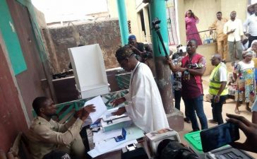 Buhari defeats Atiku at Lai Mohammed's polling unit in Kwara - OkayNG News