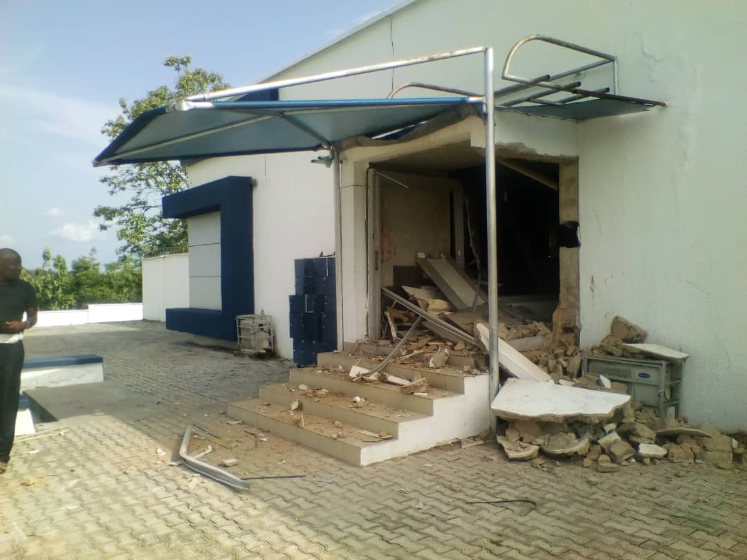 D3paDjhWkAIHyQw - Photos from Bank robbery in Ondo, one suspect arrested