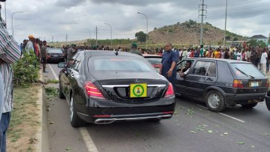 Osinbajo mob 1 390x220 - Osinbajo's convoy blocked by angry mob in Abuja [Photos]