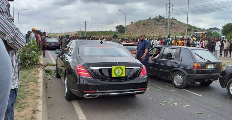 Photo of Osinbajo's convoy blocked by angry mob in Abuja [Photos]