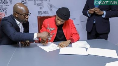 Wizkid signing the deal with United Bank for Africa (UBA)