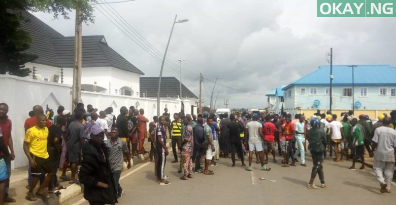 Photo of Epe residents prevent EFCC operatives from accessing Ambode's home [Video]