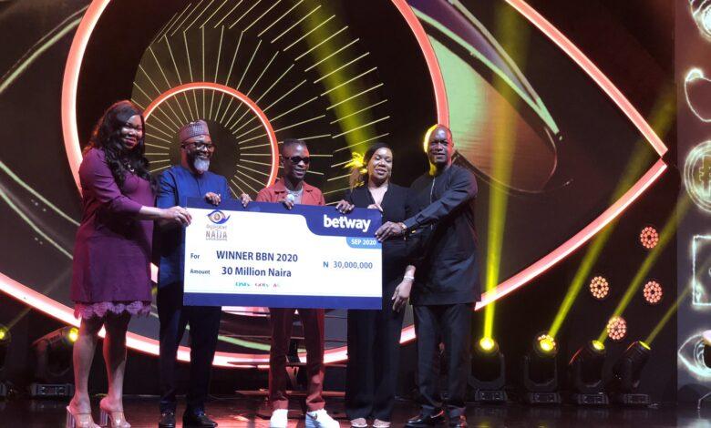 Photo of BBNaija 2020: Laycon receives prize money, key to house [photos]