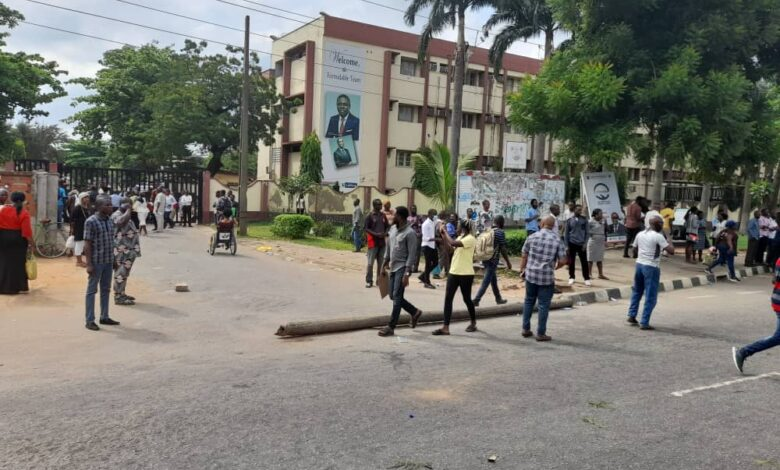 Photo of #EndSARS: Protesters deny workers access to Lagos secretariat [photos]